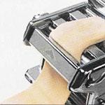Commencer par passer la pâte au différents crans de largeur proposés par la machine.