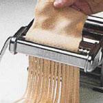 Quand la pâte est à bonne épaisseur, vous pouvez la passer dans des découpoirs specifiques.