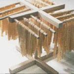 Exemple d'un séchoir en bois très pratique pour sécher les pâtes fraîchement faites.