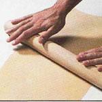 Aplatir la pâte avec un rouleau en bois